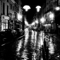 Picture in black & white of a street of Brussels at night
